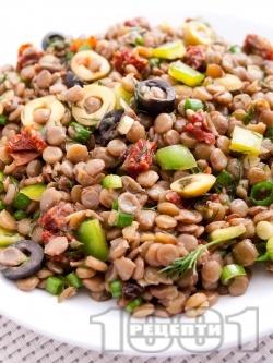 Френска салата с леща, маслини и сушени домати - снимка на рецептата